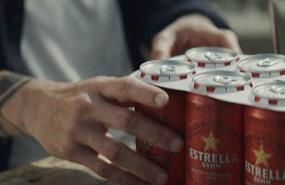 ep estrella damm sustituye las anillas de plastico de sus latas por otras de carton biodegradable