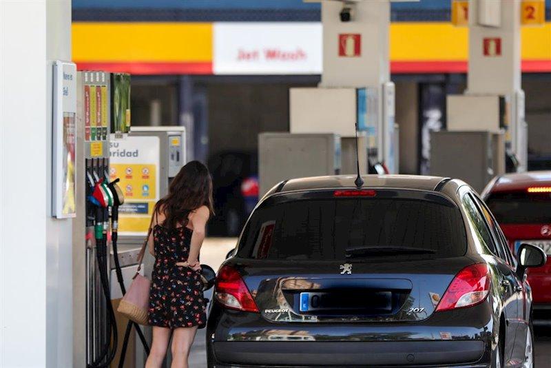 ep personas ponen gasolina en sus coches en una gasolinera de madrid