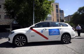 ep un taxi estacionado en una calle de madrid