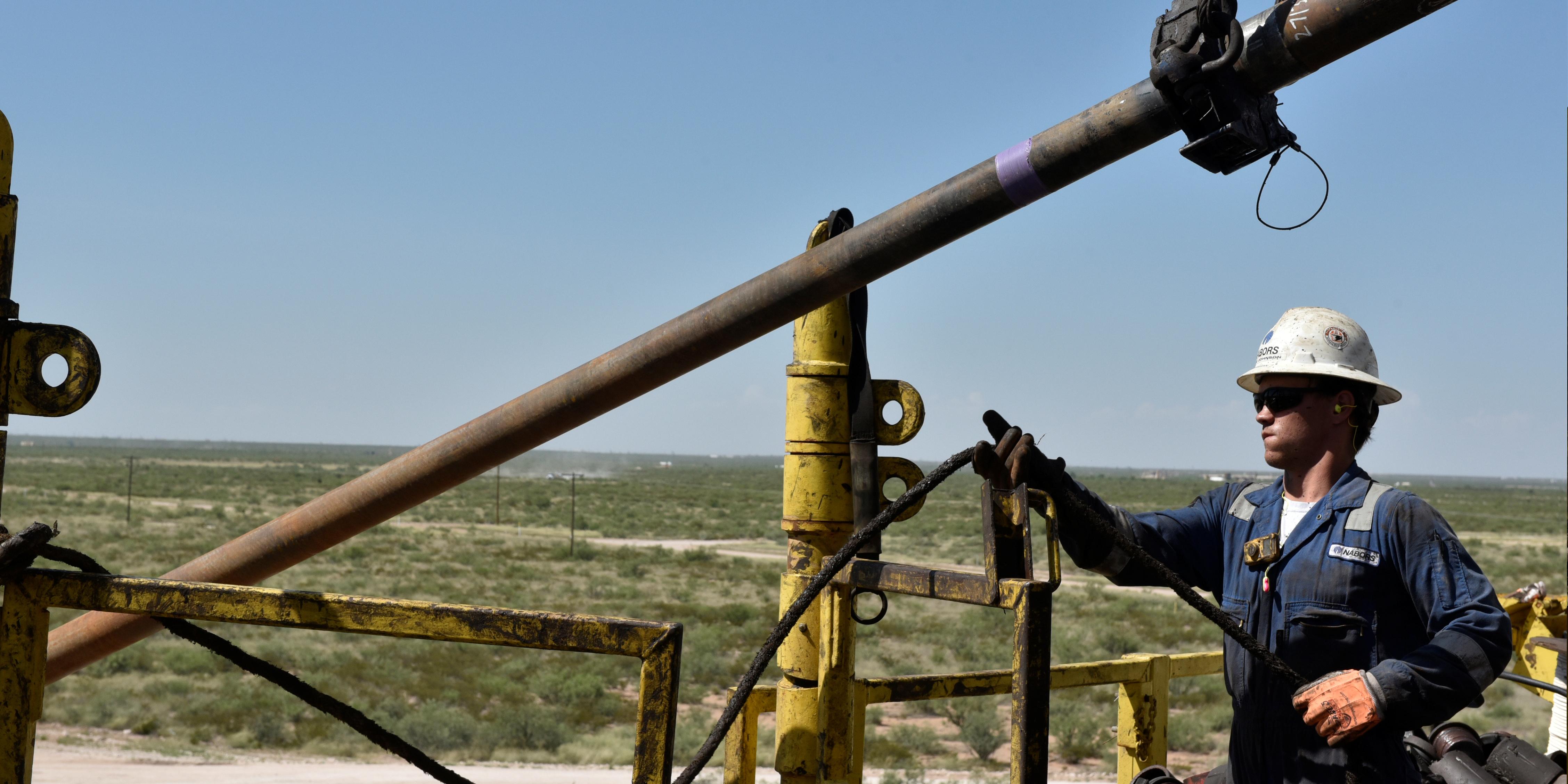 ouvrier-americain-petrole-forage-bassin-permien-etats-unis