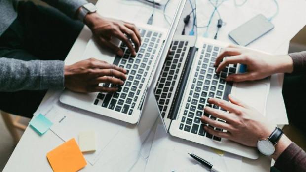 ep archivo   dos personas trabajan con ordenadores