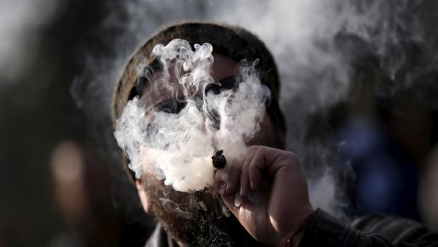 un-homme-fume-de-la-marijuana-ou-cannabis-lors-d-une-manifestation-en-faveur-de-la-legalisation-de-la-drogue