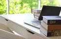 ep archivo - un escritorio con un ordenador portatil y varios libros