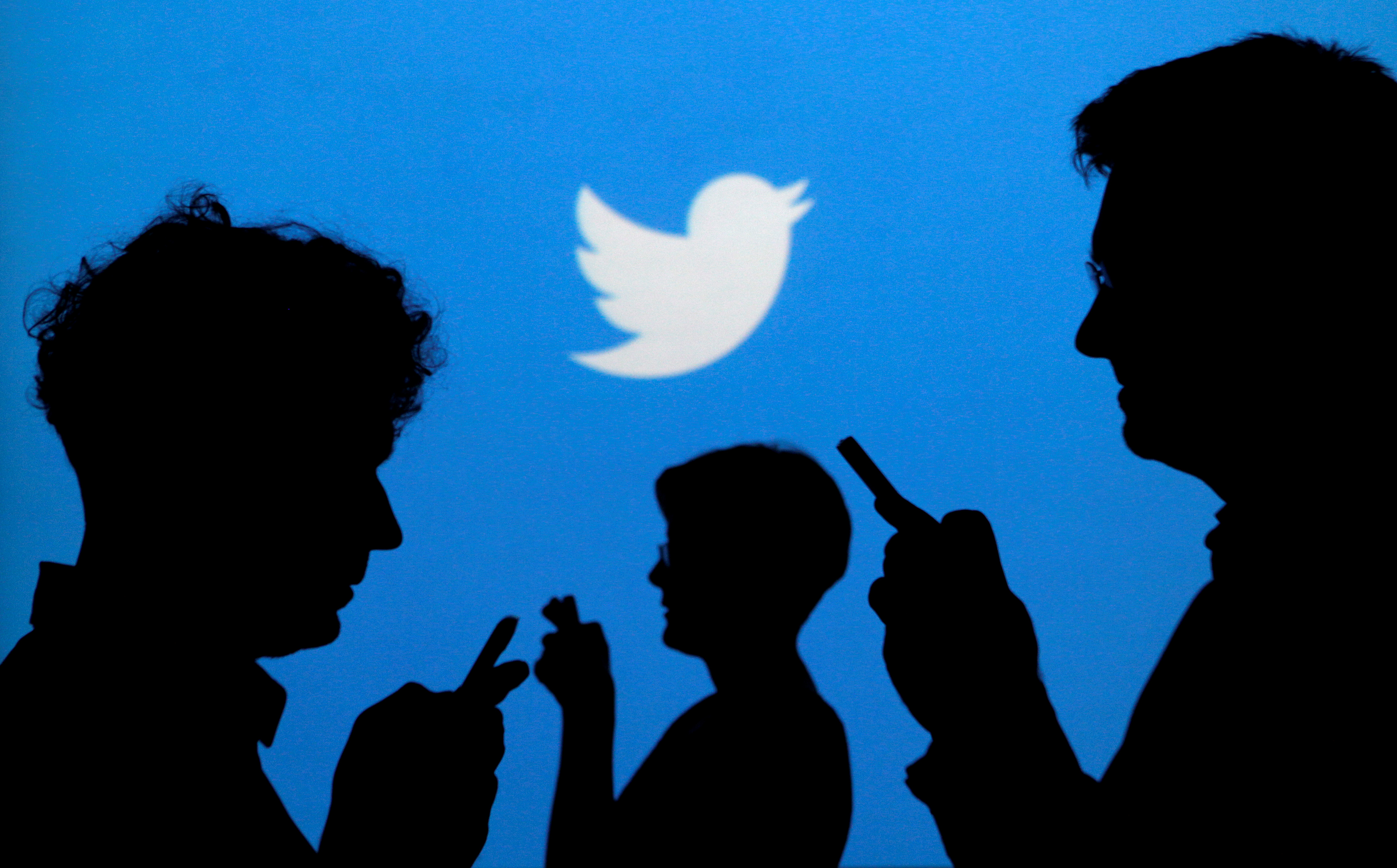 twitter-logo-silhouettes-internautes-usagers-reseau-sociaux