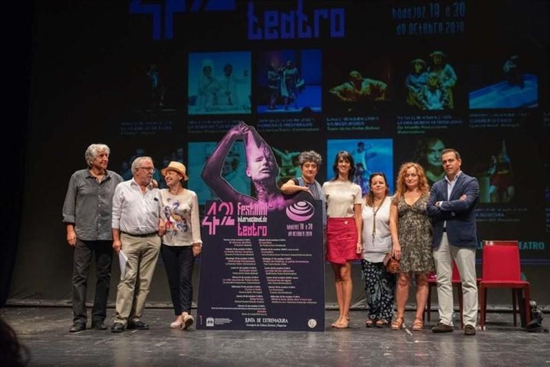 ep autoridades en la presentacion del 42 festival internacional de teatro de badajoz