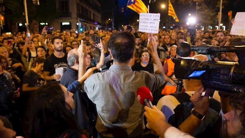 ep un manifestante lee un comunicado en el entorno de la plaza urquinaona en la sexta jornada de
