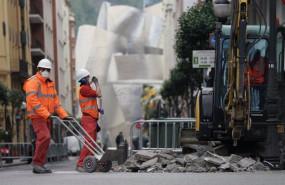 ep dos operarios trabajan en la obra de una calle cerca del museo guggenheim