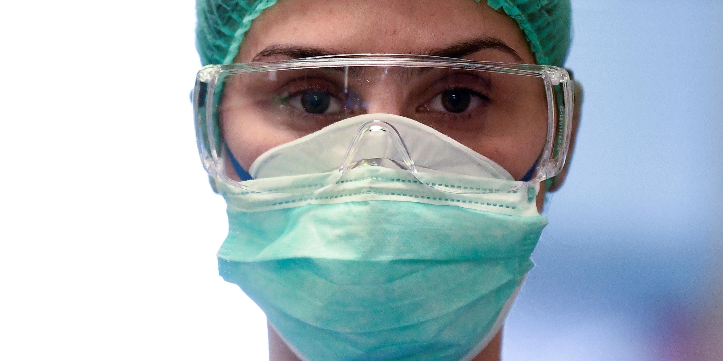 coronavirus-covid-19-un-soignant-porte-un-masque-et-des-lunettes-dans-un-hopital-en-italie