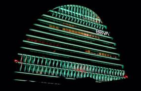 ep archivo   el edificio la vela de bbva iluminado de color verde