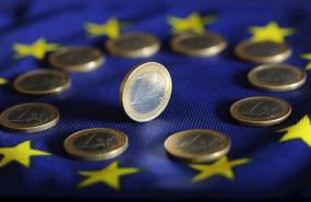 ep monedas de euro sobre la bandera de la ue