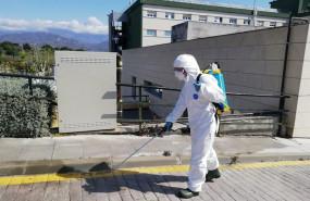 ep bomberos pulverizan el exterior del hospital de la axarquia en malaga e instalan maquinas