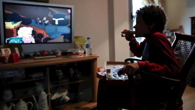 ep un nino come un trozo de pizza mientras ve la television en su casa de madrid durante el