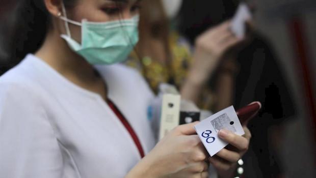 ep una mujer con una mascarilla para evitar el contagio del coronavirus
