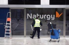 ep un operario limpia la cristalera de la sede de naturgy ubicada en la capital madrid espana a 26
