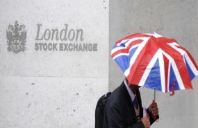 un-travailleur-tient-en-parapluie-aux-couleurs-du-royaume-uni-devant-le-london-stock-exchange-en-octobre-2008-bourse-marches-financiers