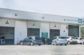 ep coches esperando su turno en la estacion de la inspeccion tecnica de vehiculos itv go ciudad de