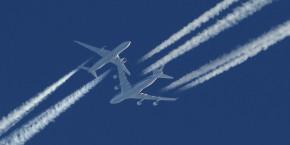 trafic-aerien-avions-de-ligne-ciel-trainees-condensation-reacteurs