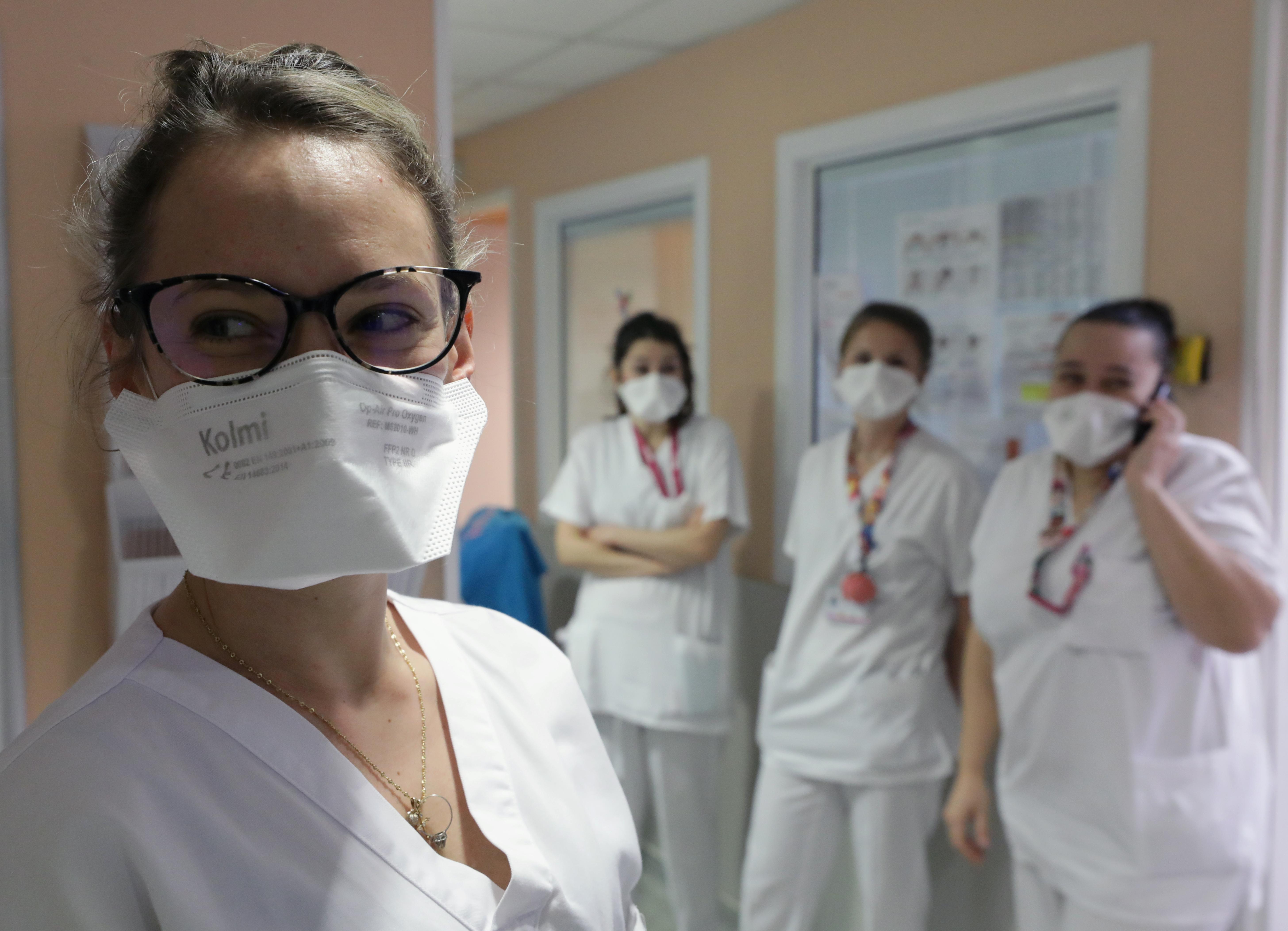 coronavirus-une-infirmiere-porte-un-masque-ffp2-dans-un-hopital-de-nice-le-5-mars-2020 20200625095429