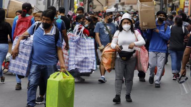 ep calles de peru con gente llevando mascarillas y ultimando las compras navidenas en el contexto de