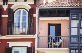 ep un joven con su telefono movil en el balcon de su casa en la plaza del castillo de pamplona