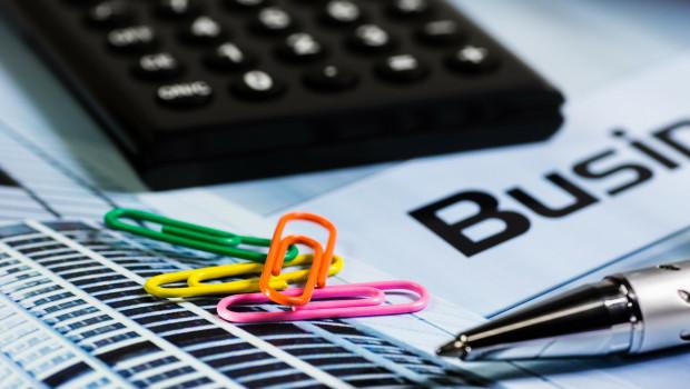 calculatrice-et-trombones-comptes-entrepreneurs-entreprises-argent-finances-tpe-pme-entreprenariat-finances-banques-startup-business-plan-argent