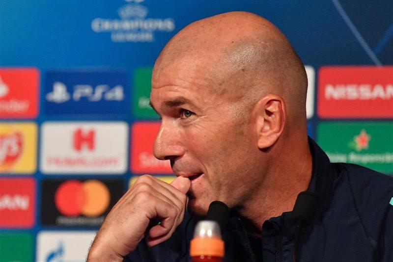 https://img1.s3wfg.com/web/img/images_uploaded/d/3/ep_el_entrenador_del_real_madrid_zinedine_zidane_en_una_rueda_de_prensa_en_el_parque_de_los.jpg