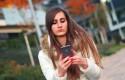 ep adolescente mujer usando telefono movil smartphone
