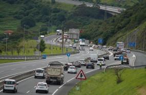ep un accidente provoca retenciones en torno a las 16 de la tarde en la autopista entre pais vasco y