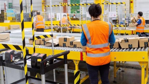 ep archivo - trabajadores del centro logistico de amazon en alcala de henares madrid