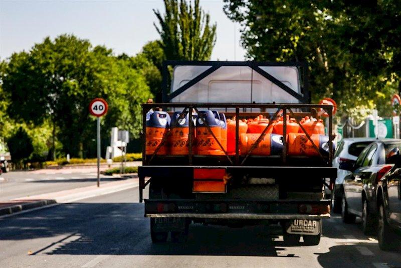 ep camion cargado con varias bombonas de butano