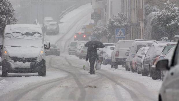 ep un hombre camina en medio de una gran nevada en becerrea en lugo