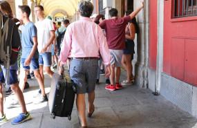 ep un turista pasea con una maleta en la plaza mayor de madrid