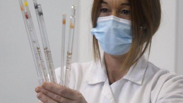 ep una trabajadora de la fabrica de reig jofre en el laboratorio en barcelona
